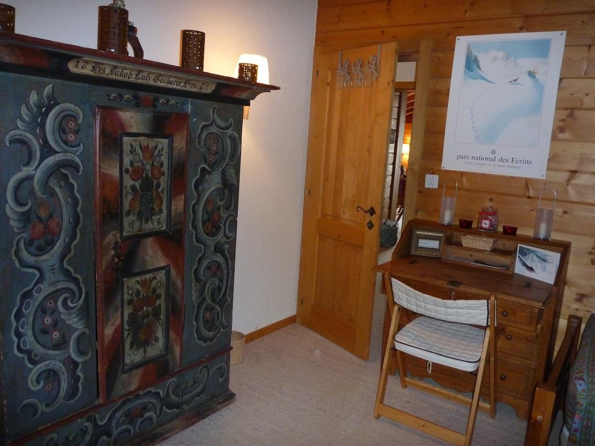 chambre d'hôte petit bureau et armoire ancienne