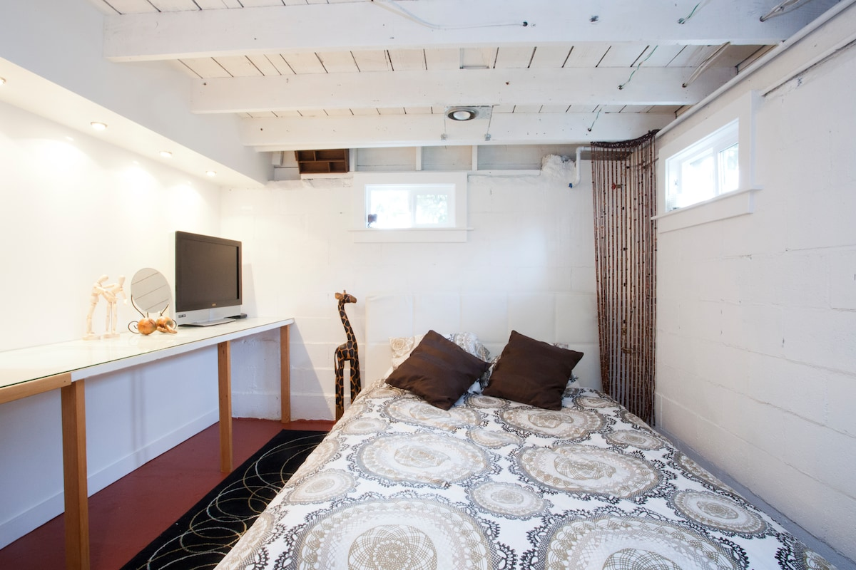 Queen Sized Bed in your private room with cable tv