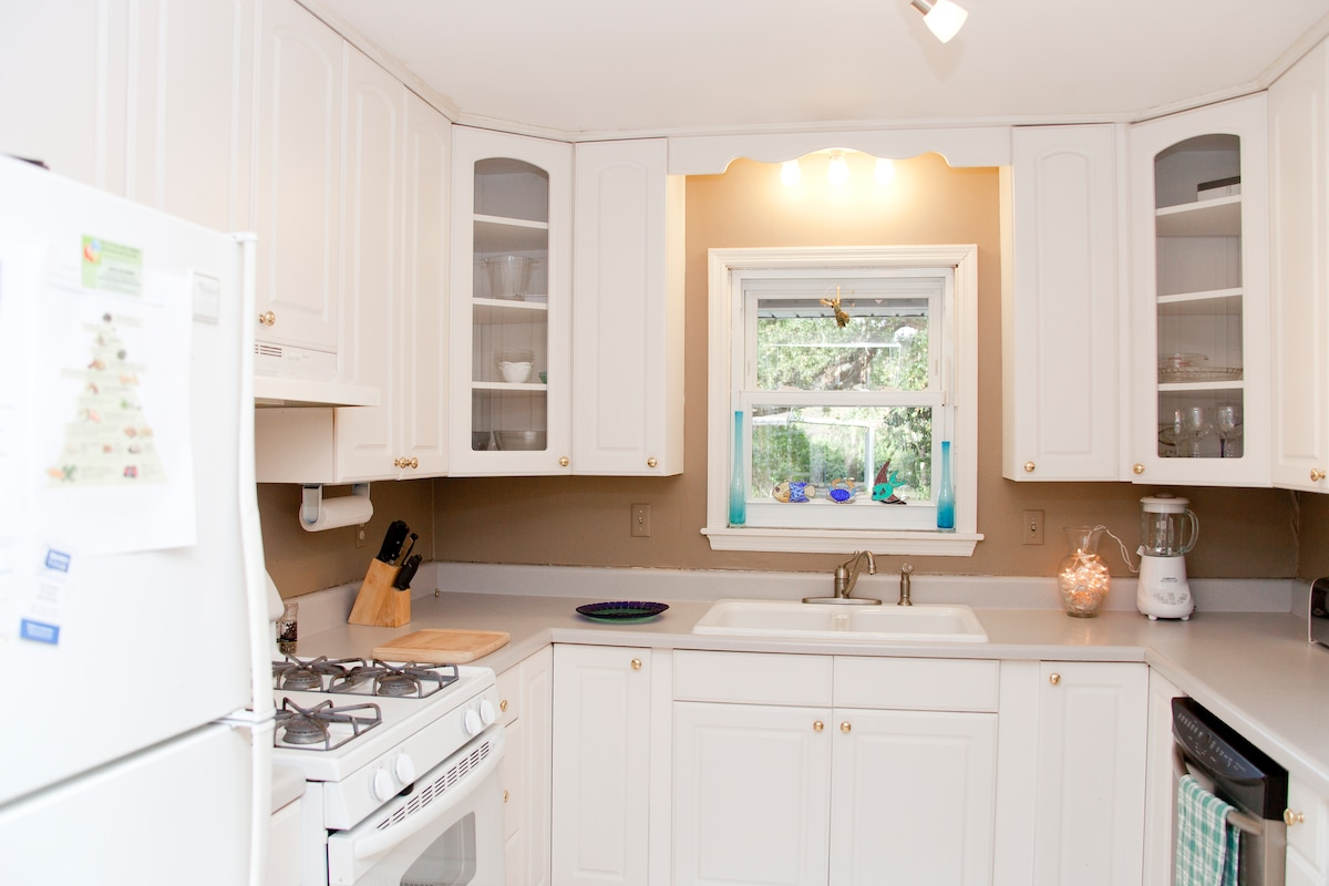 Roomy kitchen to grab your breakfast.