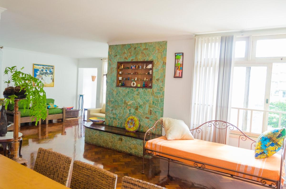 Sala linda, ampla, arejada, clara e confortável!/Beautiful, shinning, spacious and confortable living room!