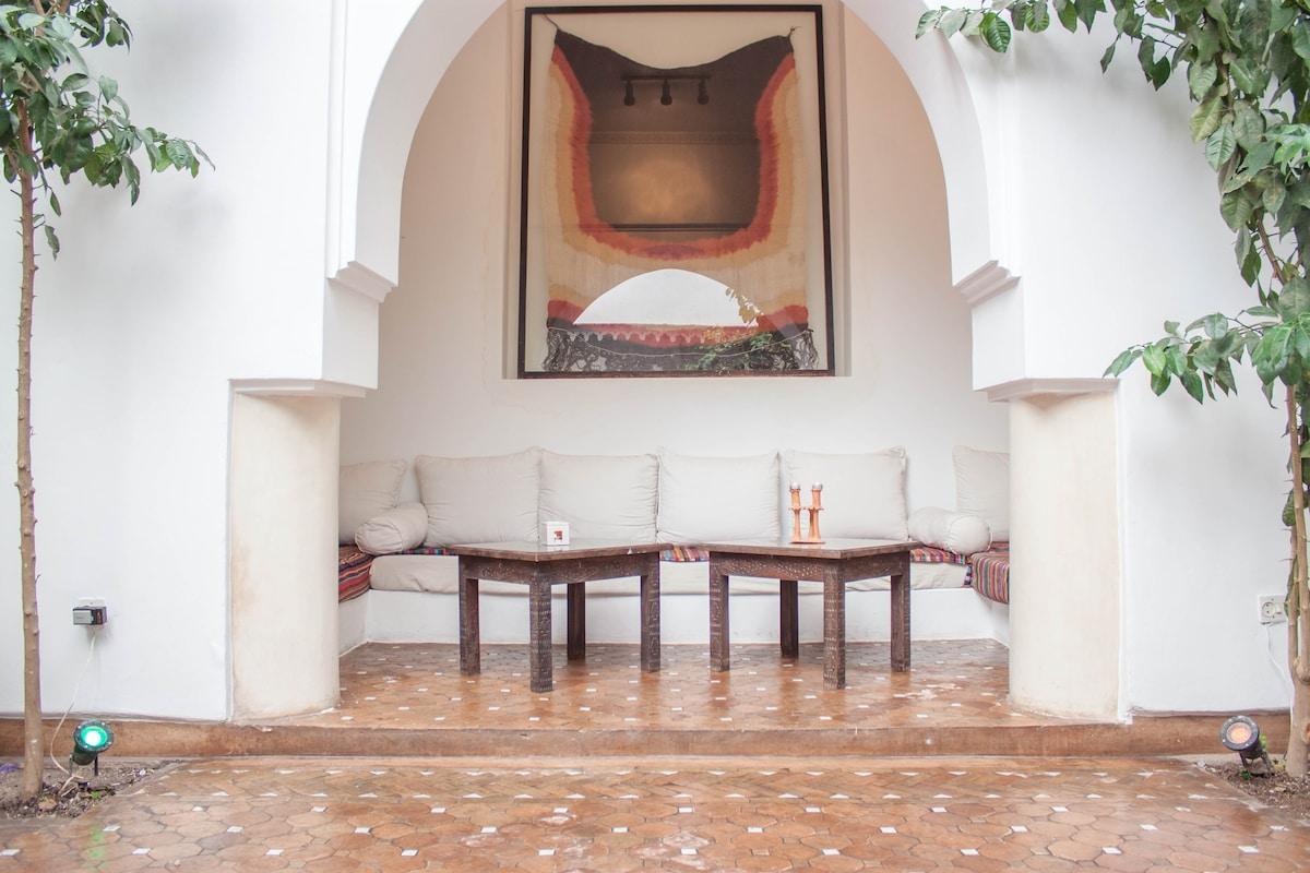 Le b'hou (salon en alcove, ouvert sur le patio)