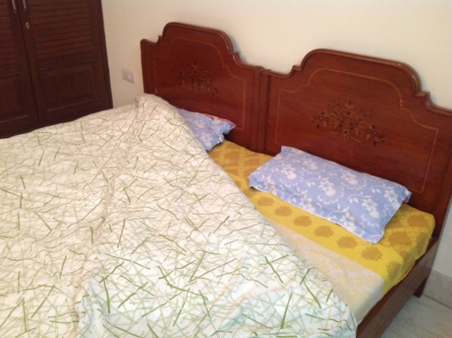 Double/twin bed with clean bed sheets (Lit double/jumeau avec des draps propres)