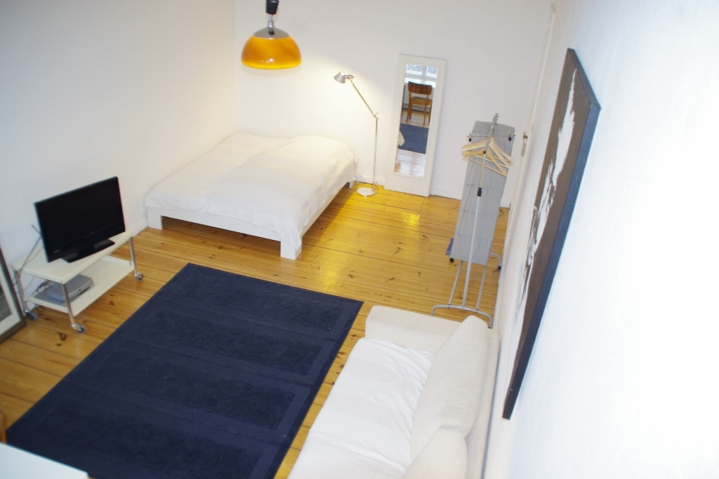 The offered room. Roomsize is 25m². Height of ceiling is 3,50 m.