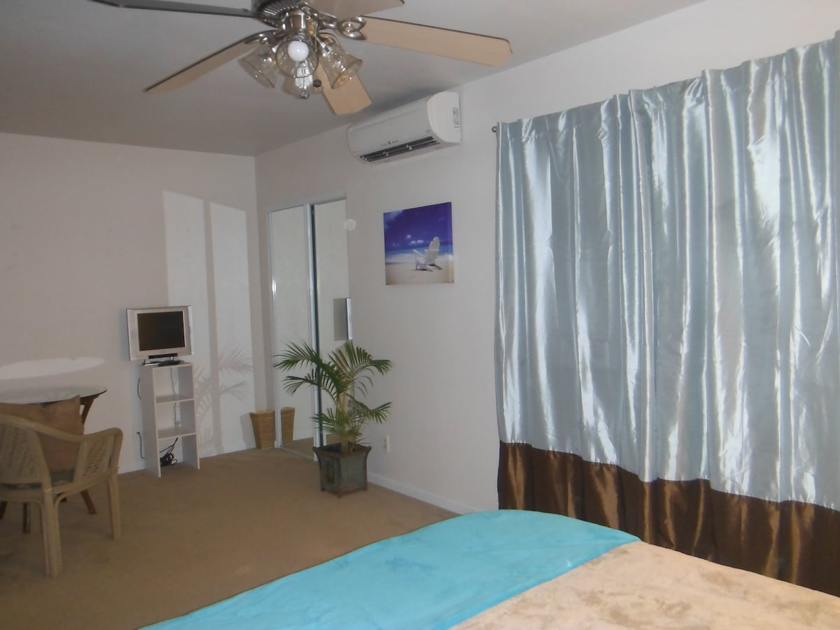 Nice large, comfy room with individual AC, fan, queen size bed, large walk in closet, and two windows (one with peekaboo view of the ocean)
