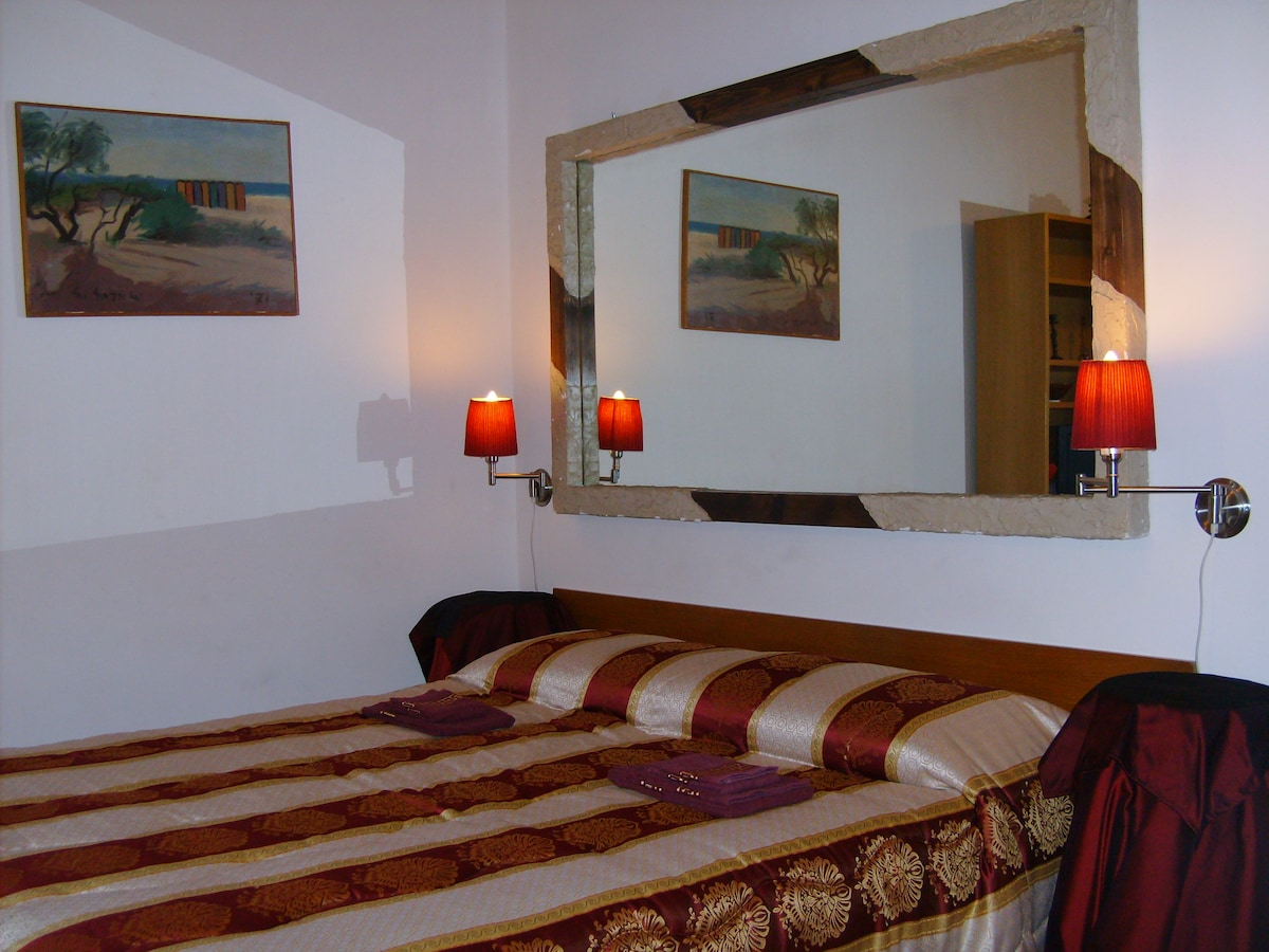 THE RED SUITE -  1 QUEEN SIZE or  2 SINGLE BED