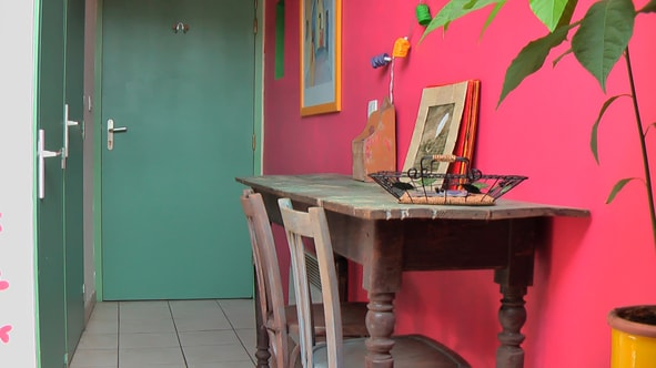 bureau ; à gauche, un grand placard et la salle d'eau ; au fond, la porte d'entrée