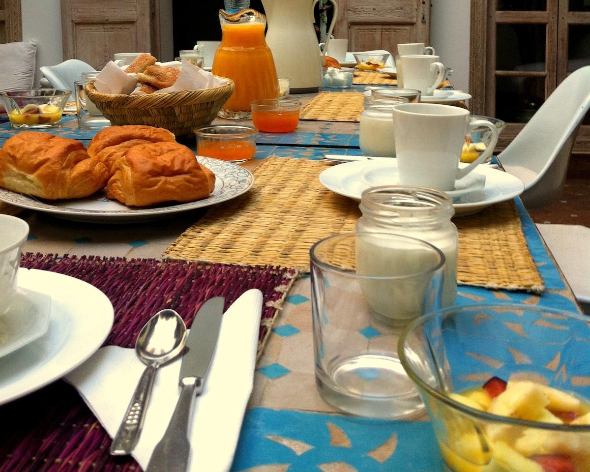 Le petit déjeuner, (non compris dans le prix), est servi dans le patio