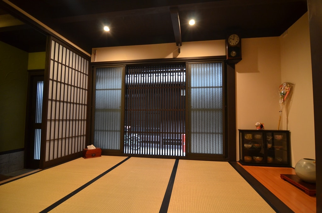 entrance guest room, can also be used as a bed room, all chemical free natural walls and tatami mats