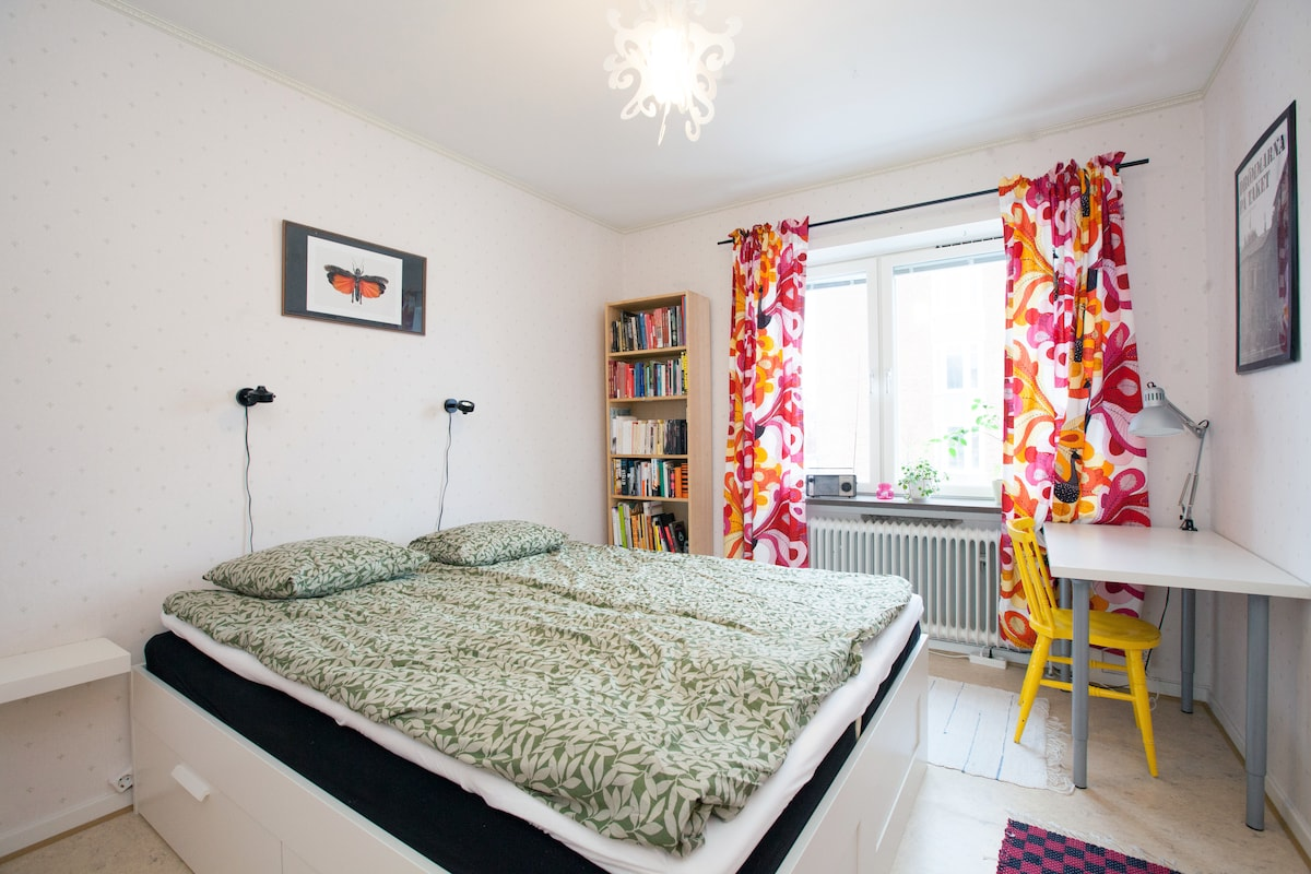 Spacious bedroom with a desk. Unpack your things and put them in the drawers under the bed!
