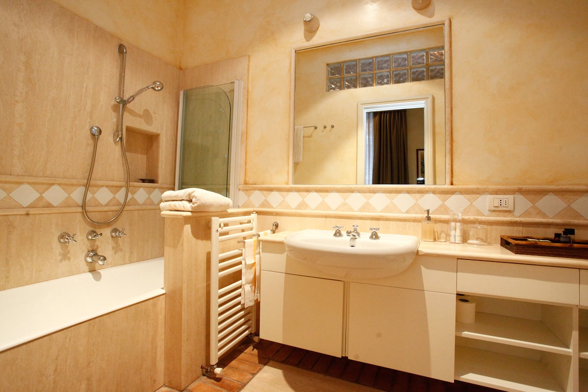 8. FLAT. Bathroom with travertine marble finish.
