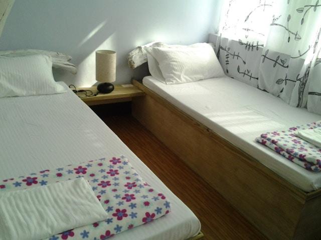 二樓六人房,靠窗的單人床.當早晨陽光灑進來開始清新的一天~