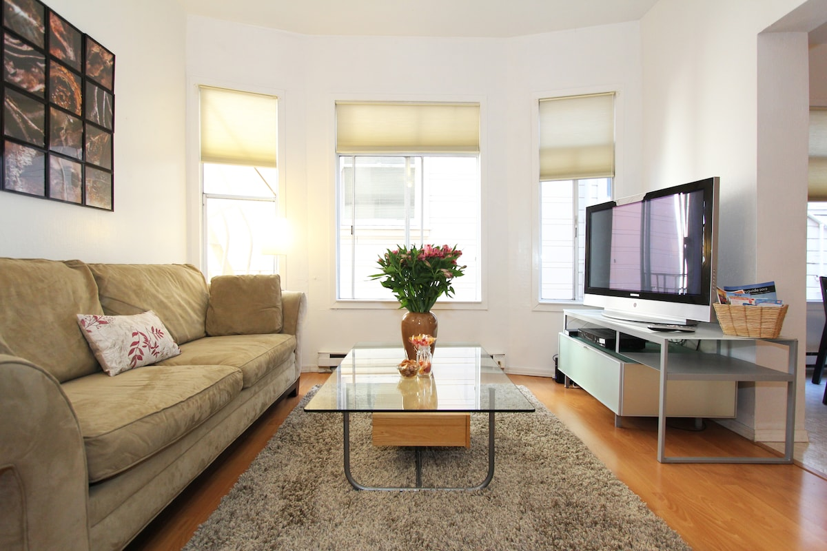 Beautiful and very spacious 1 BR/1 BA apartment in the Nob Hill neighborhood