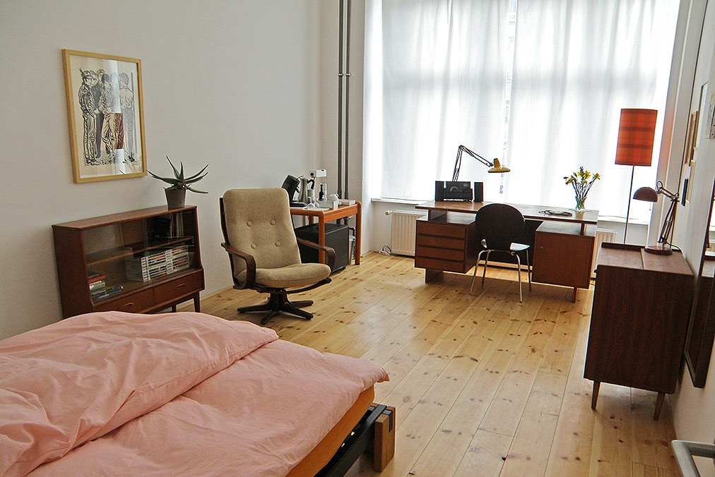 Spacious and bright urban studio with contemporary art, vintage design and high ceiling.