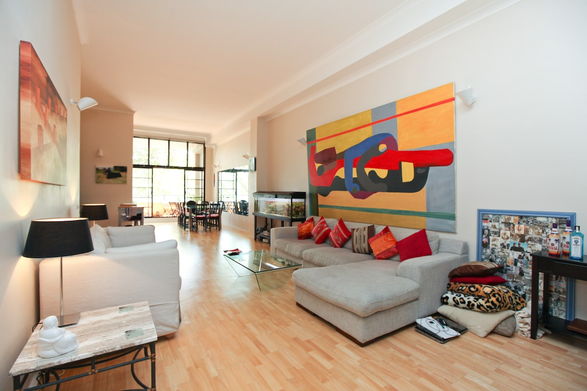 Plan your sightseeing on the two comfortable sofas.