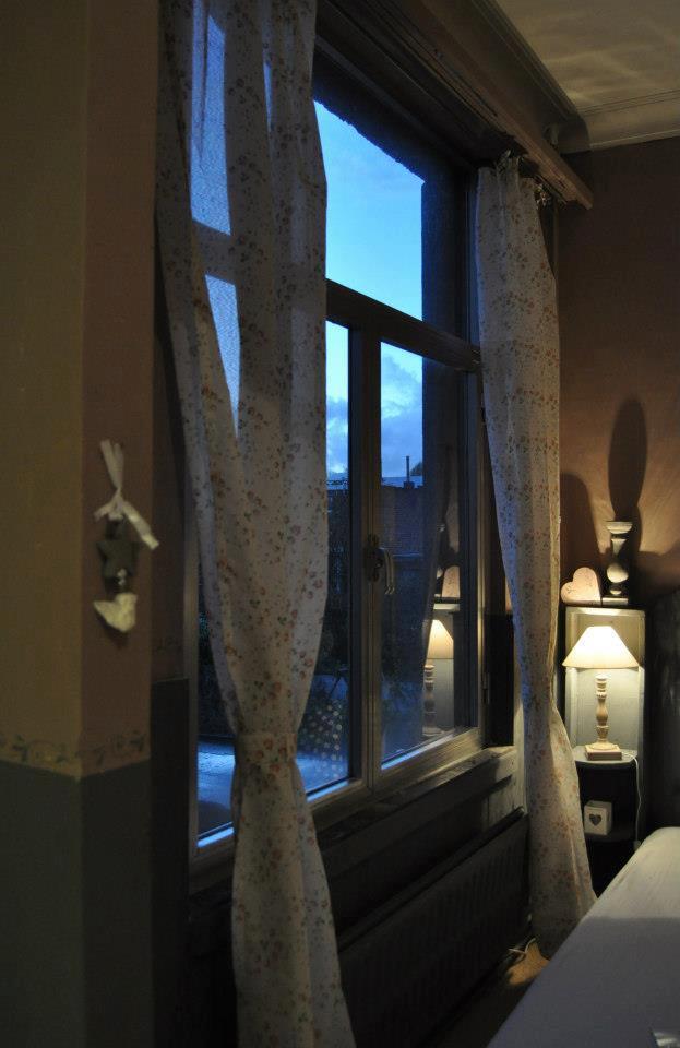 . Deze kamer bevindt zich aan de kant van de tuin, waardoor je in alle rust van dit stedelijke tuinuitzicht kan genieten.