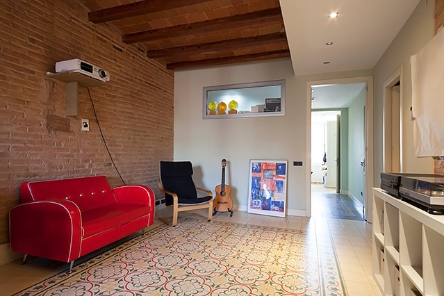 Room with balcony, cool Gràcia flat