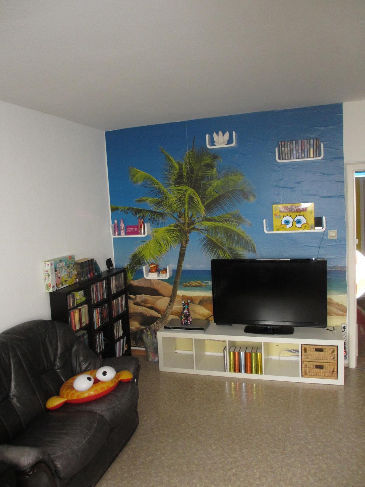 Die Fernsehecke mit Blick aufs Meer. - The TV area with ocean view.