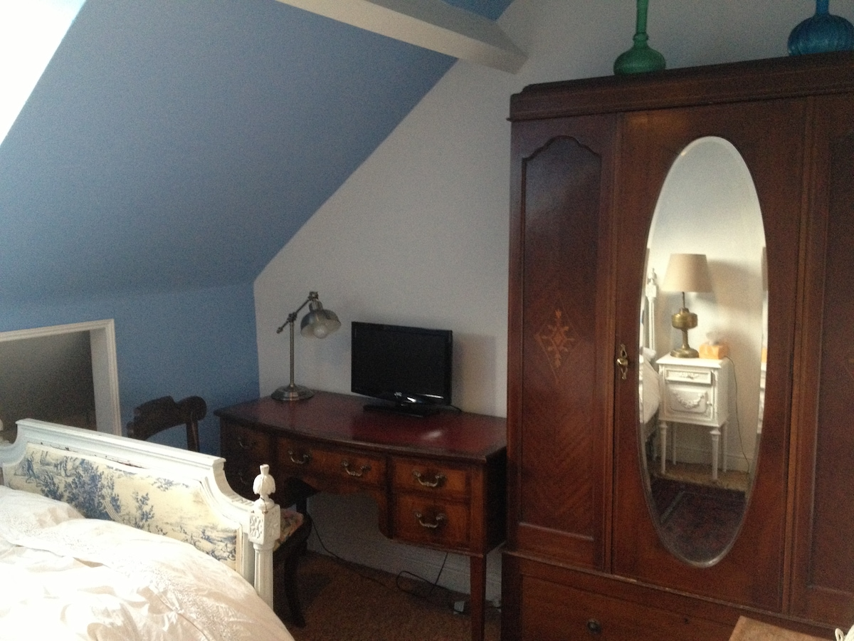 Lovely leather top desk and TV/DVD (optional)
