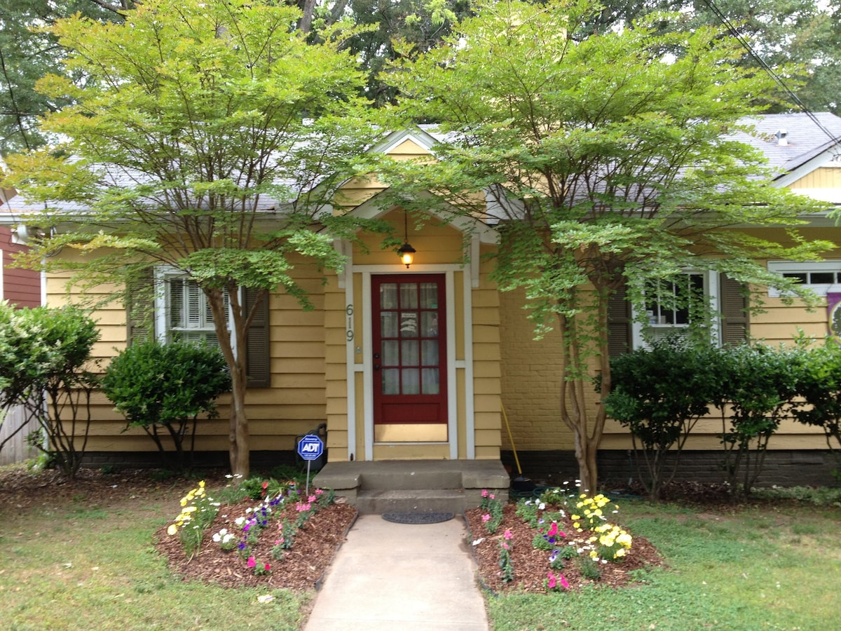 Charming Bungalow (2/2) in Historic Oakhurst Neighborhood of Decatur.  Walk to MARTA's E/W line for direct ride to The Dome!  Walk to restaurants and bars before/after the game.