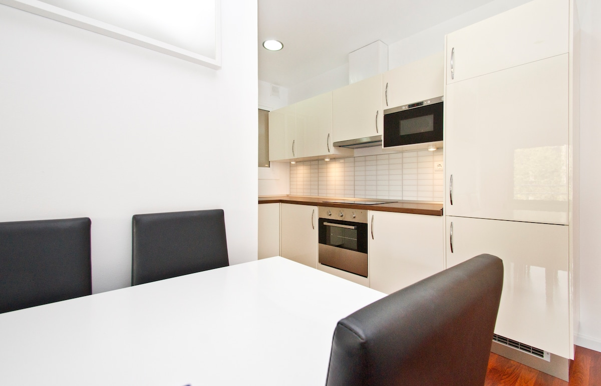 Table can be made for upto 6-7 people...Washing machine, dryer machine, dishwasher etc are all enclosed in this kitchen...