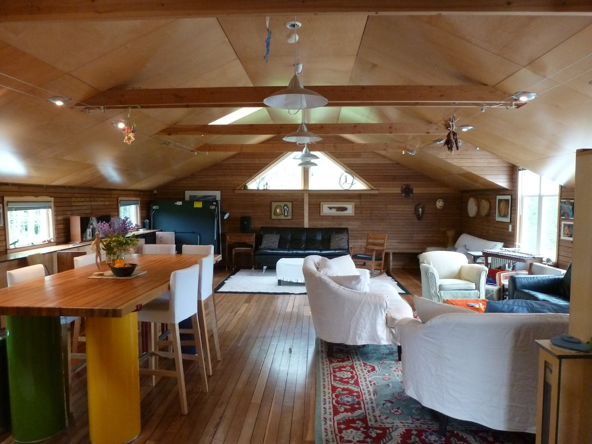 Loft area, open & airy, ping pong table