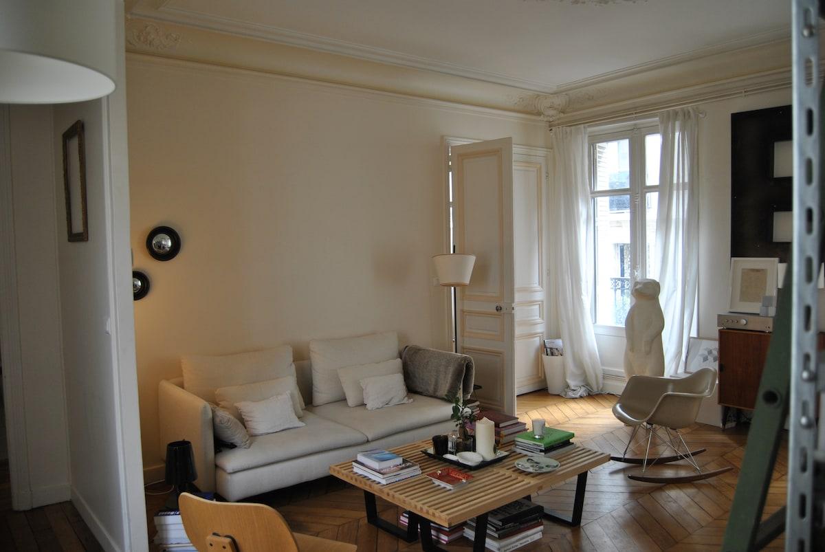 Vue du salon moulure et parquet ancien un vrai for Decoration appartement ancien
