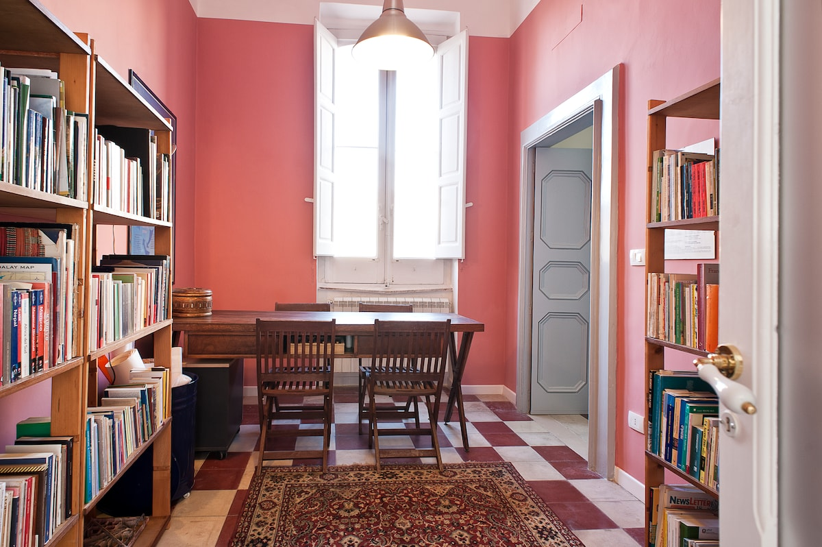The breakfast room, with an owner's library also provided of books and brochures on the local history and turistic itineraries about Salento, Valle d'Itria, Parks and Natural reserves