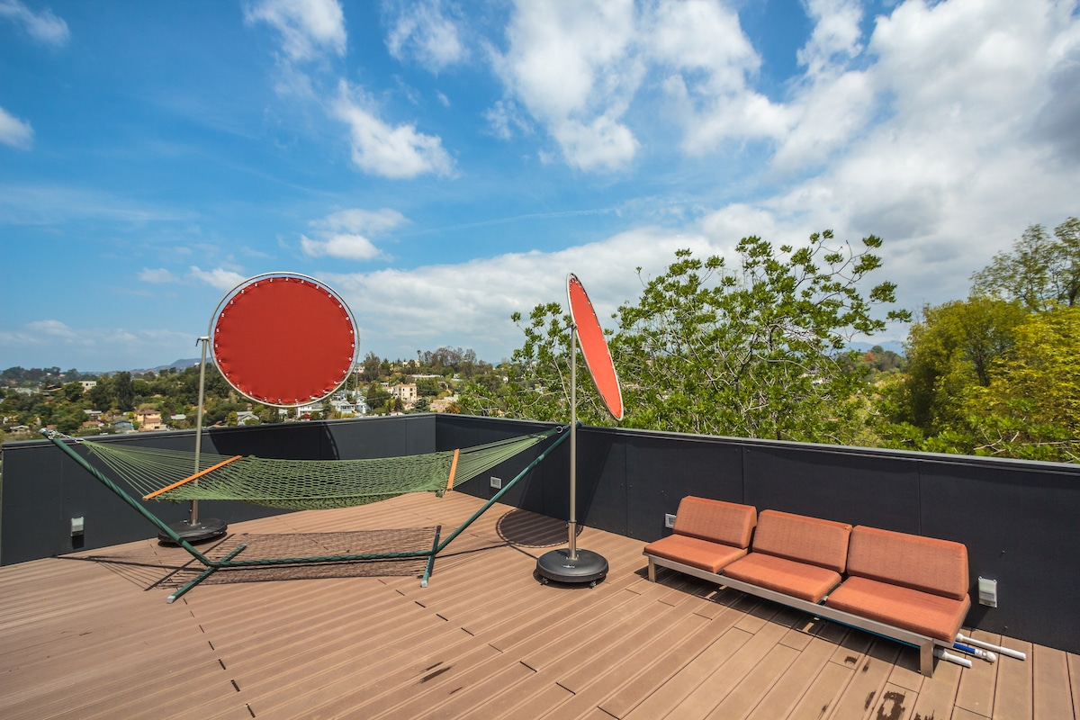 Deck overlooks Echo Park with views of the Hollywood sign, Griffith Observatory, San Gabriel Mountains and Pacific Ocean. (the deck is unavailable for guest use between 6/7 and 8/22)