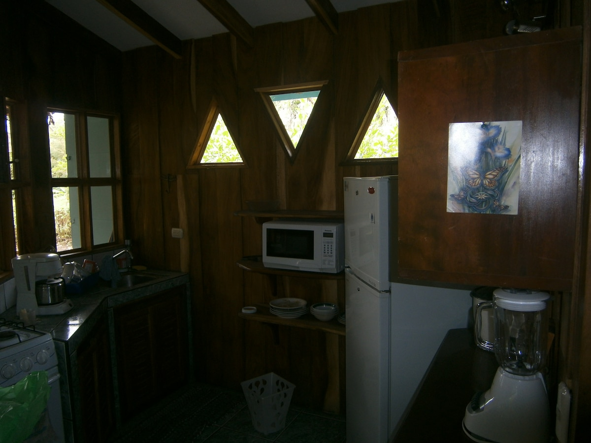 The cabina includes all of the basic appliances, internet and hot water!