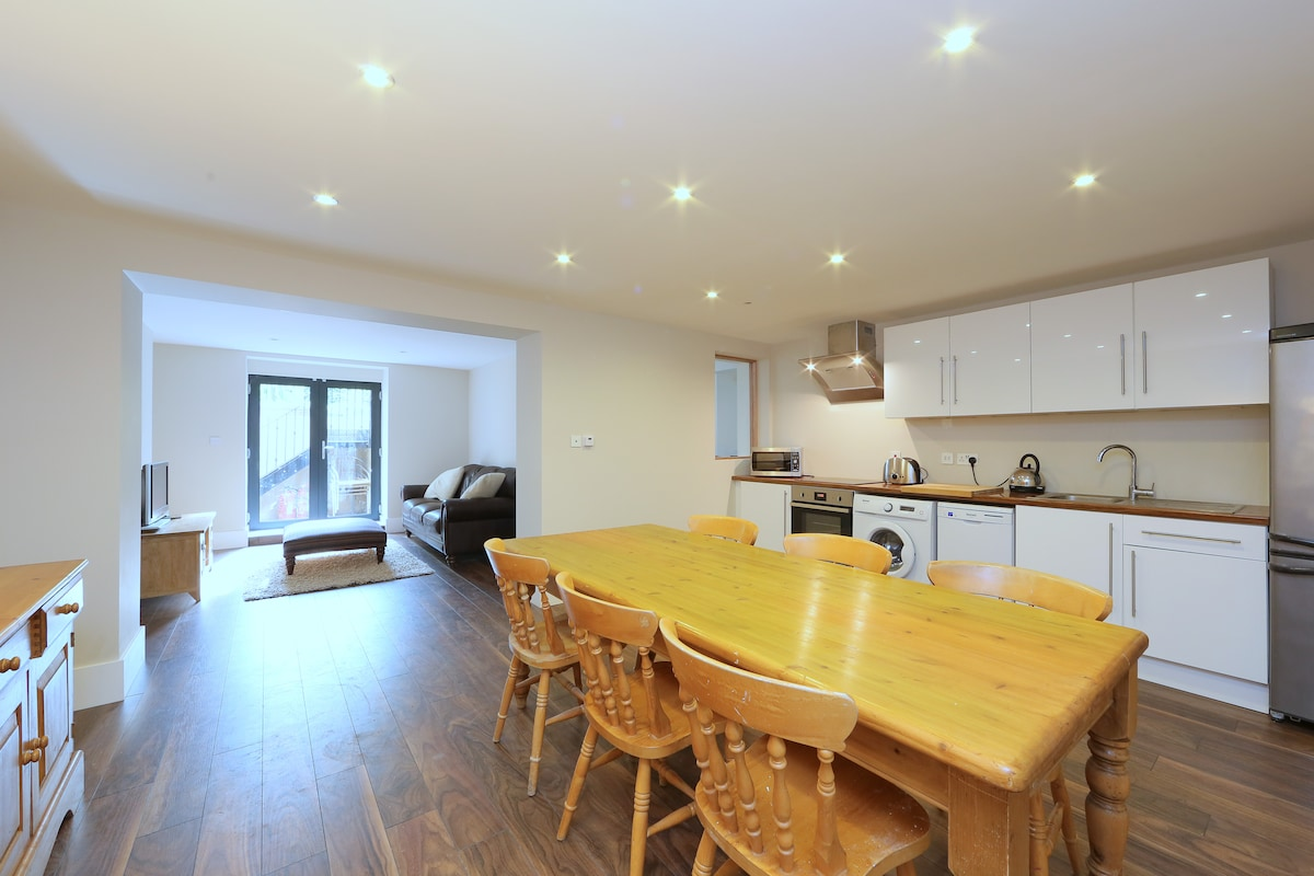 Fully fitted kitchen/dining room with dishwasher and washing machine