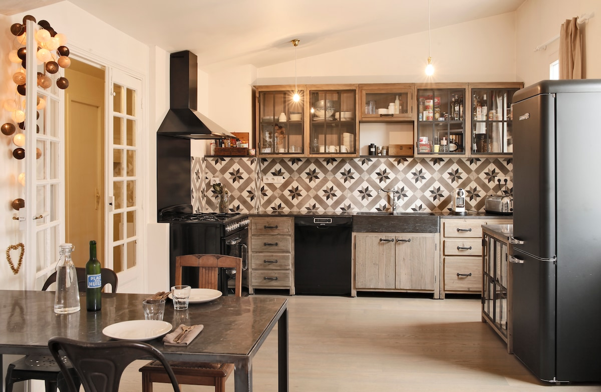 All the kitchen units to cook French food / Cuisine toute équipée