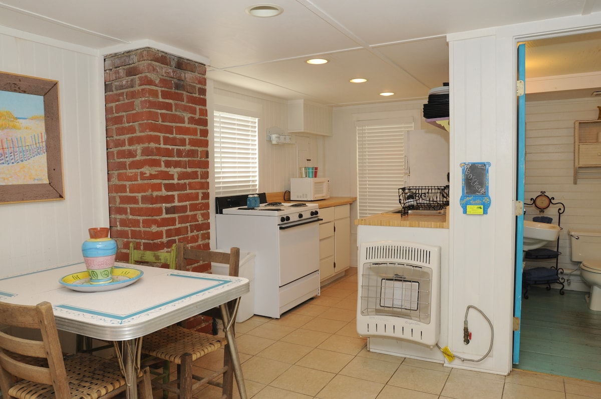 Downstairs kitchen and retro dining area.