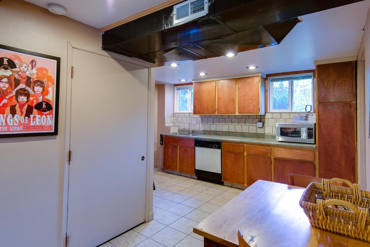 Cozy Daylight Basement Apartment