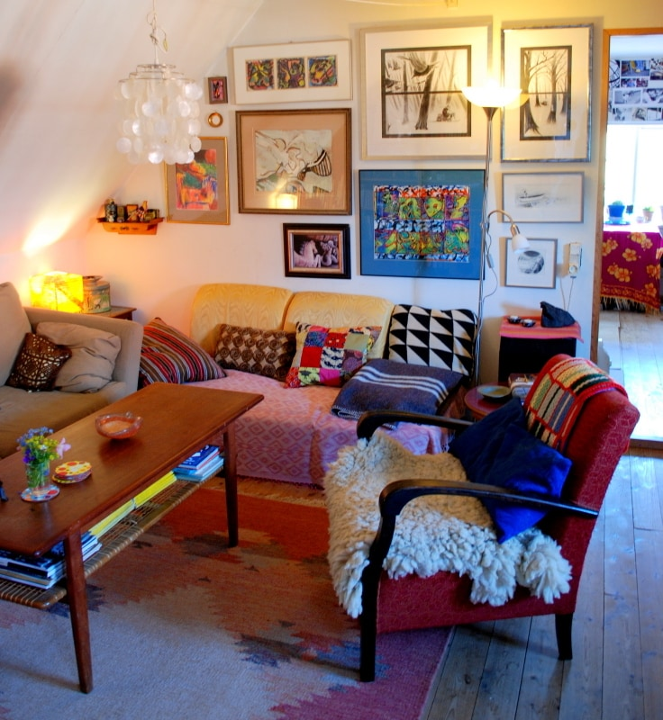 Here is my living room, colourful and cosy, with pillows everywhere!
