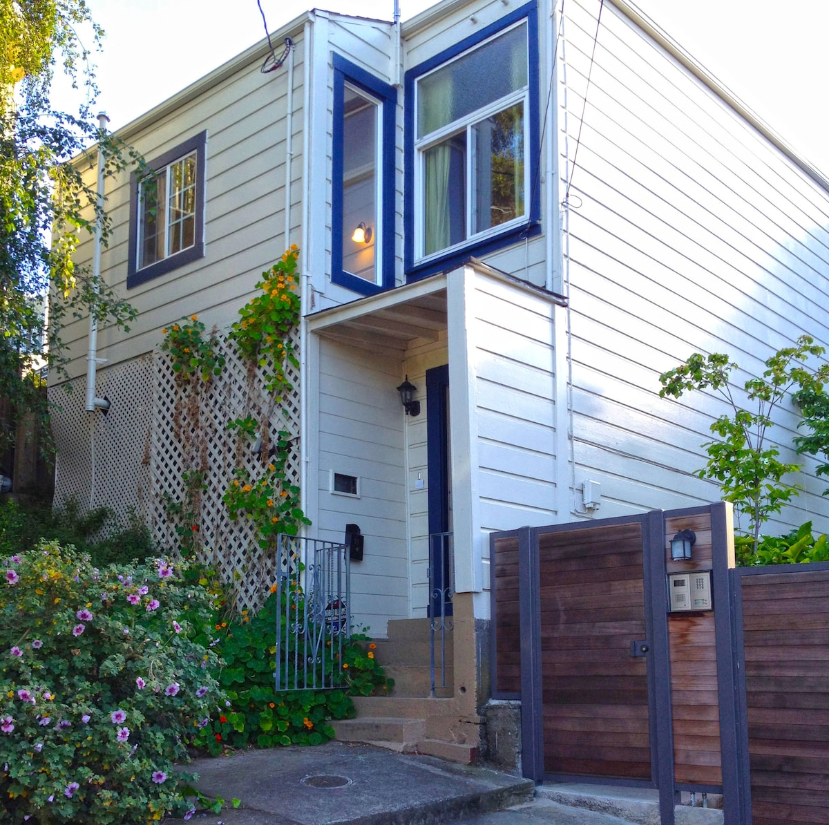 2BR, fully furnished north Bernal Heights house, at the end of a quiet cul-de-sac; just 1 block from Precita Park