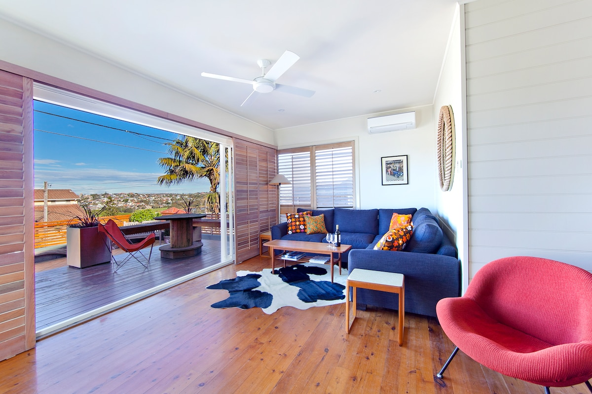 Retro-inspired beach bungalow, metres from Curl Curl Beach, great district views!