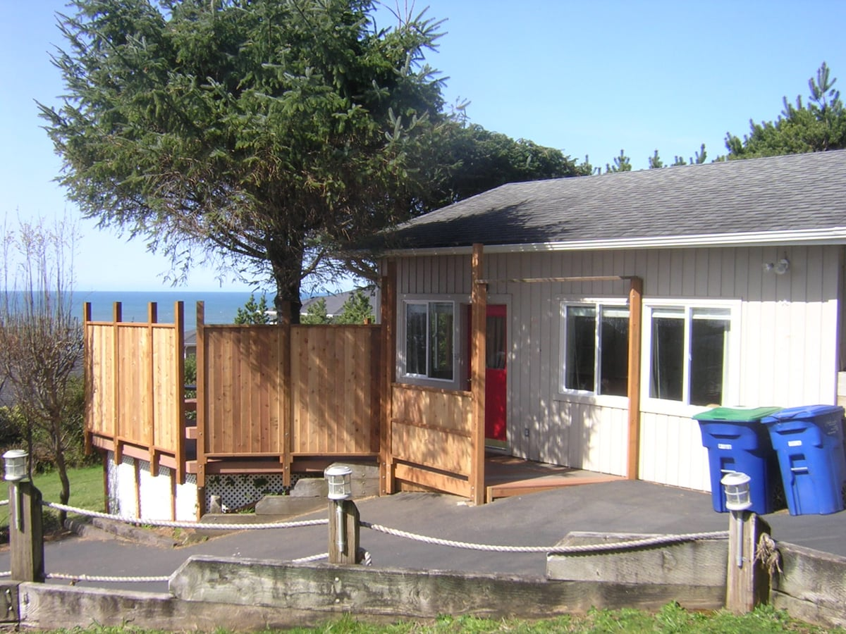 The Romance of the Sea, a studio cottage for couples.  Lincoln City, Oregon