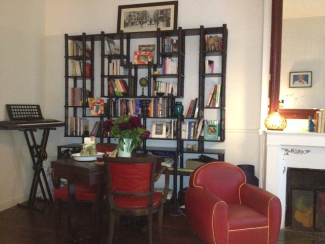 Living Room : dining table, books in english and french