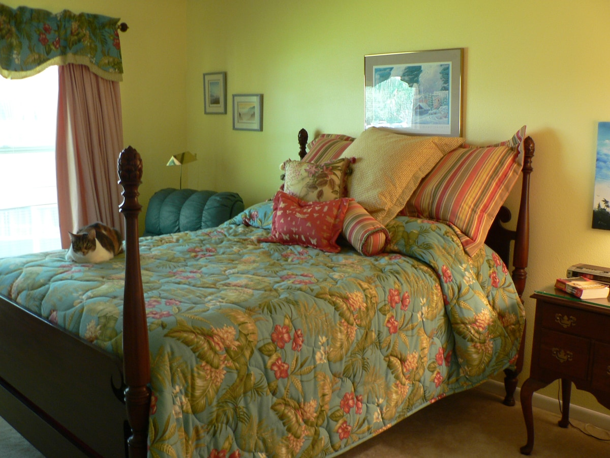 Private bedroom by Golf Course