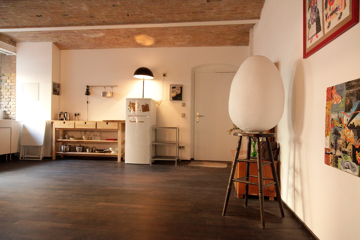 art filled loft in kreuzberg 36 in berlin. Black Bedroom Furniture Sets. Home Design Ideas