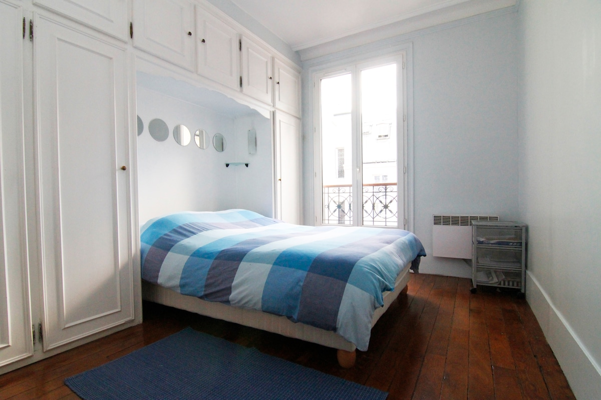 The bedroom gets lots of light but shutters can be closed to get near total darkness. The bed has a luxury mattress. Très confortable!