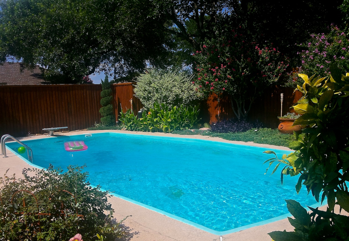 North Dallas Vacation home with beach towels, toys, and tiki torches included!