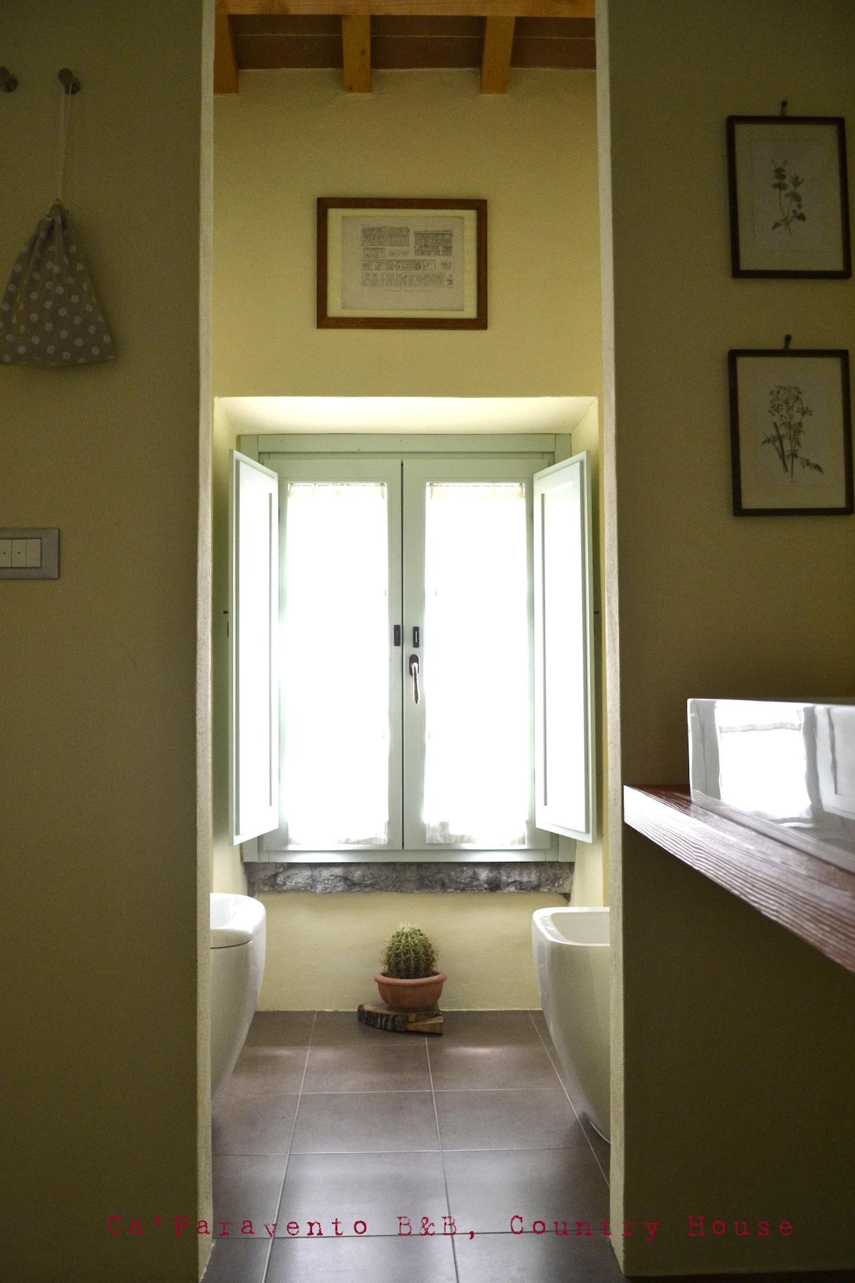 Un particolare della finestra del bagno