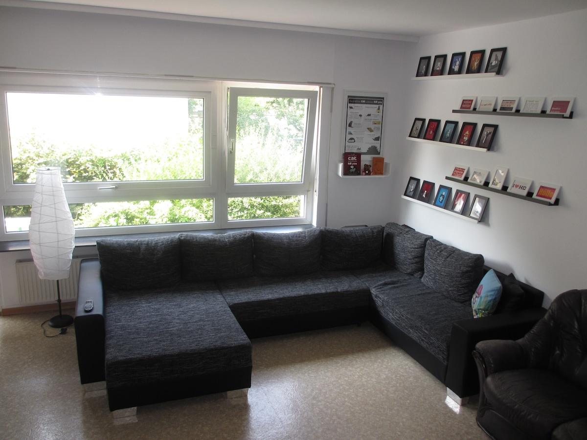 Das große Sofa im Wohnzimmer mit Aussicht auf die große Terrasse. - The big sofa in the living room with a view to the big terrace.