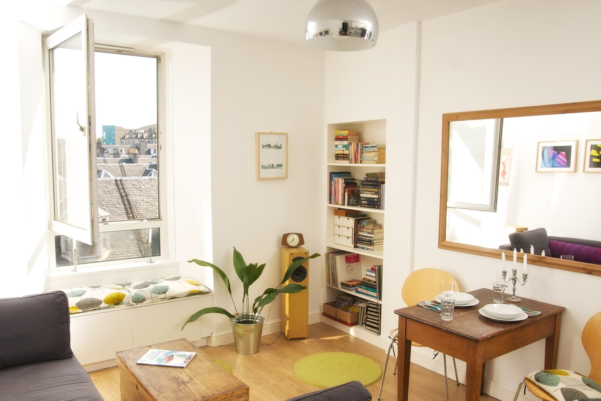 Bright and airy top floor apartment with great views to Arthur's Seat