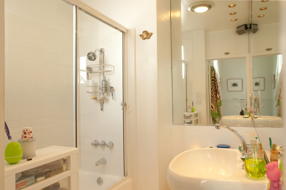 get used to the command center bank of light switches & giant mirrors.  great way to start your morning.  good water pressure. water heats up faster in the shower than in the sink. (in case you are in a hurry).