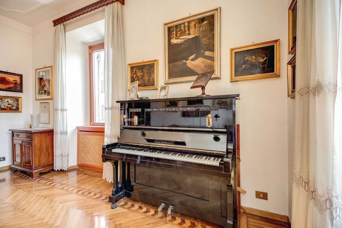 Living room+piano+big sofà+900 century table