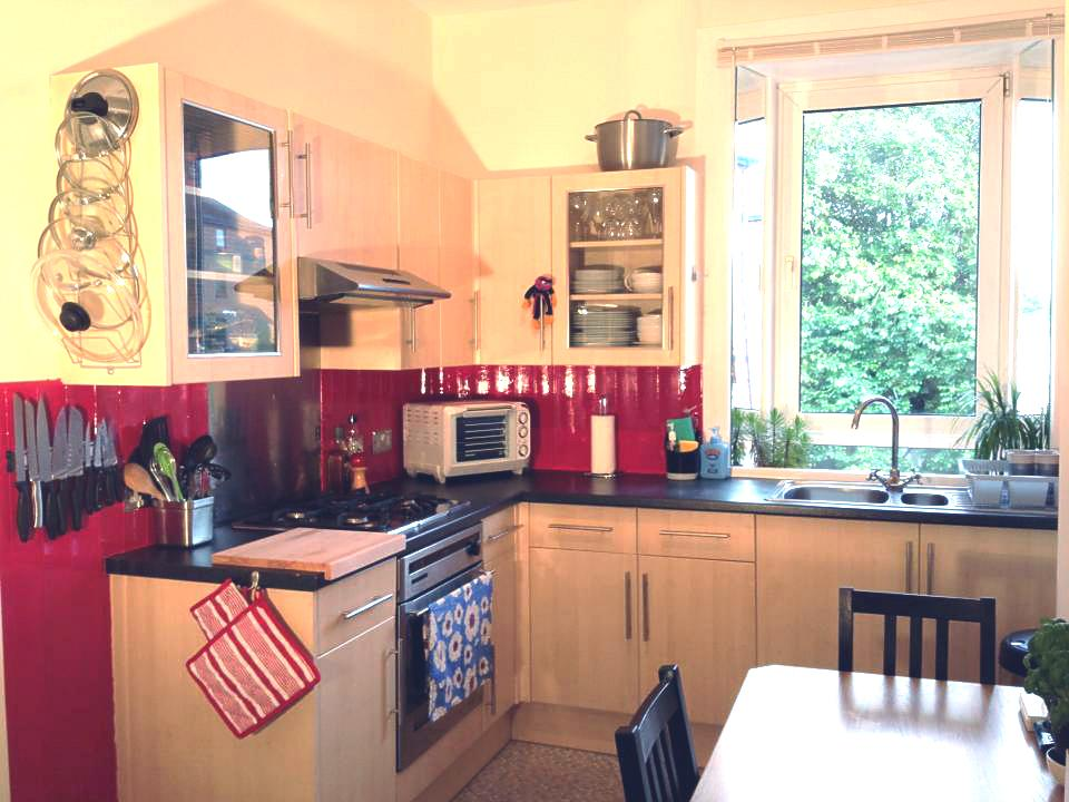Bright, attractive, freshly decorated kitchen :o). As well as a normal oven there is a small desktop oven, microwave, large fridge and cupboards in which there is plenty of space for your food.