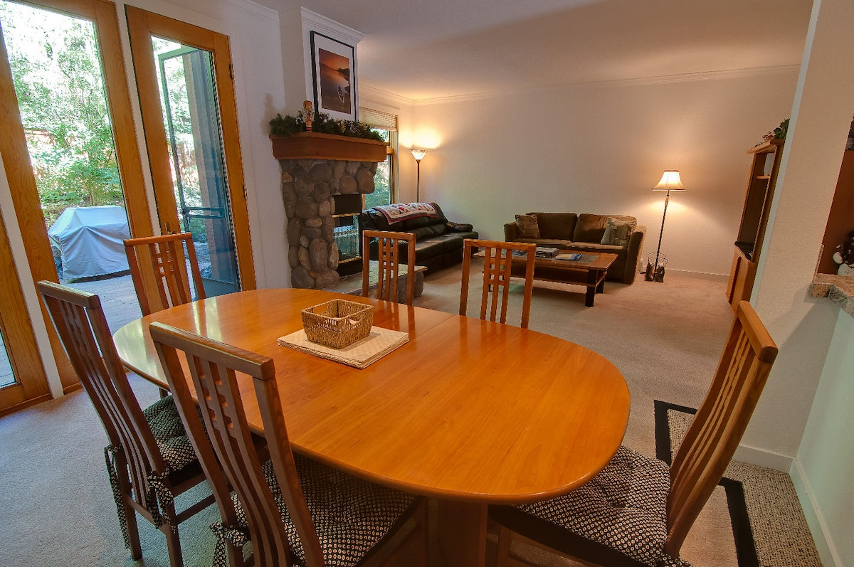 Dining Area - Seating for 6-8 guests