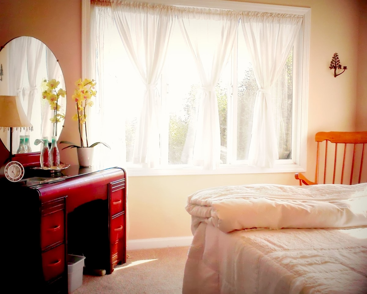Cheerful, clean and cozy guest room in Oakland's Dimond district...